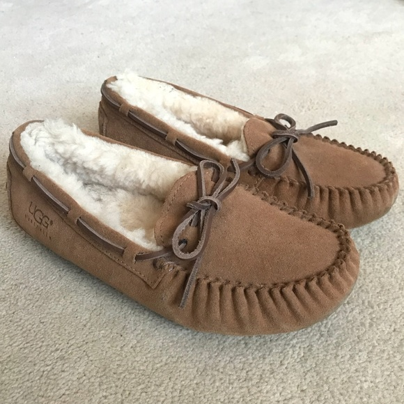 b6657a59b98 UGG KIDS DAKOTA CHESTNUT MOCCASIN SLIPPER. M 5ab026aac9fcdf4997b47e4b